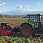 Rübenroder hinter Traktor im Einsatz auf einem Zuckerrübenfeld (alle Bilder © Bräutigam GmbH)